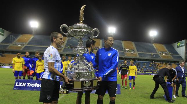 Duda, con el Málaga, levanta el Trofeo Carranza.