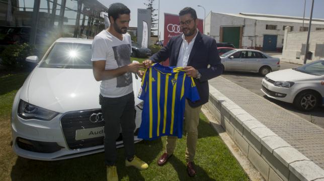 Güiza recoge el coche que le ha regalado Atalaya Motor por marcar el gol del ascenso.