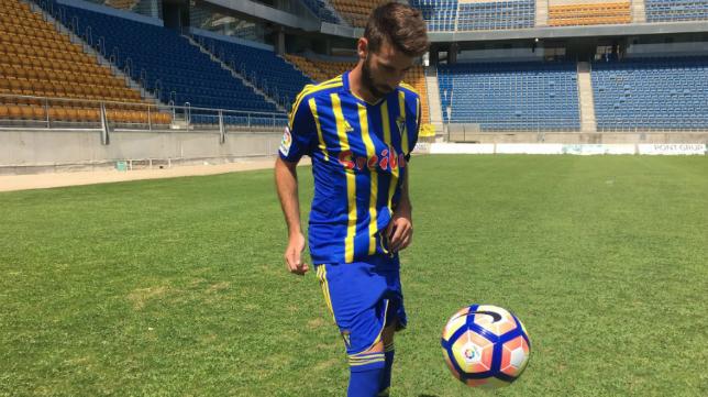 José Mari, con la segunda equipación del Cádiz CF, en su presentacion.