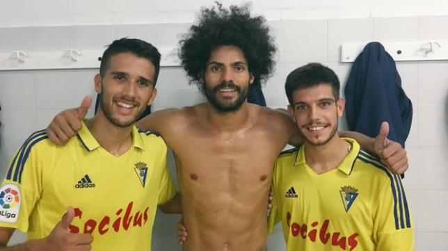 Juampe, Aridane y Quintana, en el vestuario.