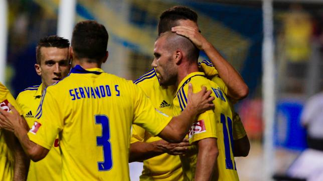 Ortuño es felicitado por sus compañeros tras marcar de penalti.