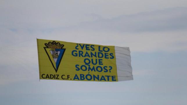 Pancarta que se ha podido ver sobrevolar el cielo de la ciudad.
