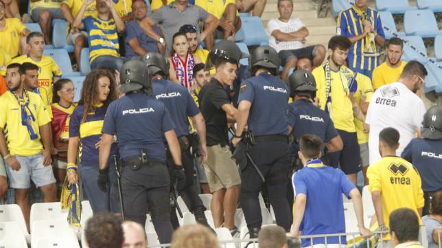 La policía impidió a Brigadas Amarillas hacer uso de su pancarta.