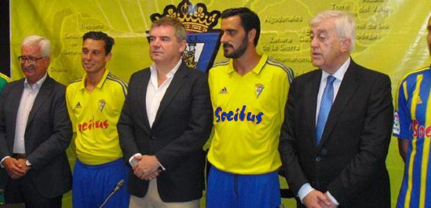 Así quedaría la camiseta del Cádiz CF con el logo en azul