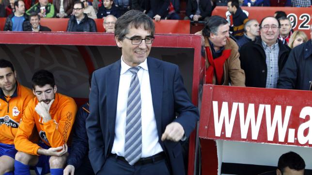 Fernando Vázquez, en el banquillo del Deportivo, actual entrenador del Mallorca.