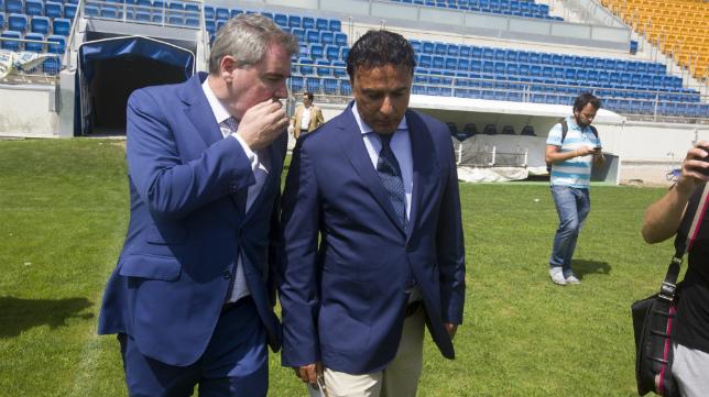 Manuel Vizcaíno y Quique Pina en el césped del Ramón de Carranza.
