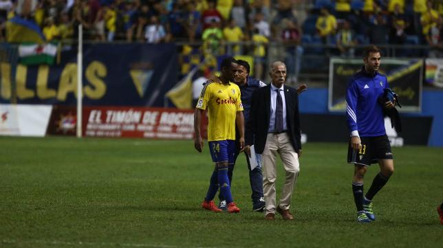 Quique Pina separa a Abdullah tras acabar el partido