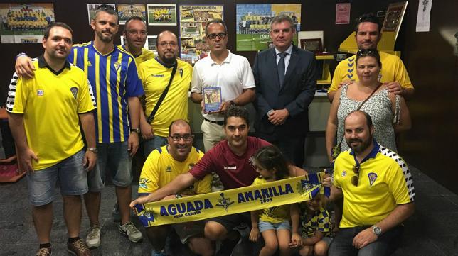 La peña cadista Aguada Amarilla reconoció la labor del entrenador Álvaro Cervera en la ocasión anterior. Foto: www.cadizcf.com
