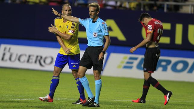 No ha empezado con muy bien pie el Cádiz CF su relación con los árbitros esta temporada.
