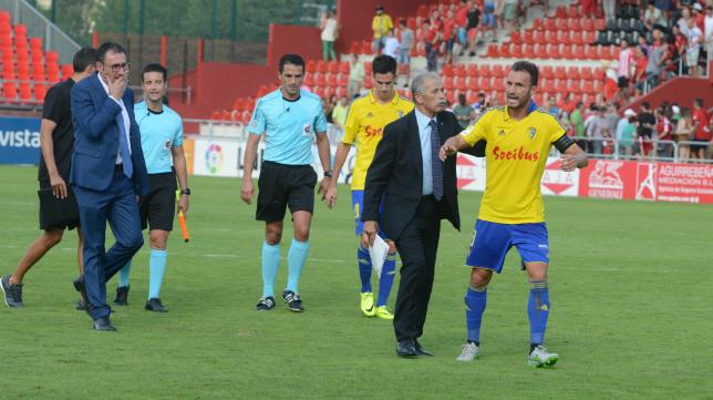 Servando se queja del arbitraje al finalizar el partido en Anduva.
