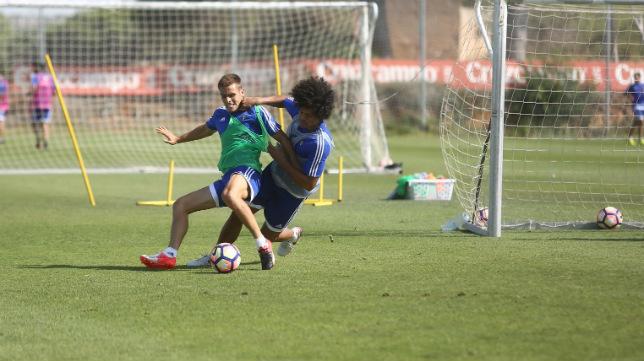 Aridane se hace con un balón.
