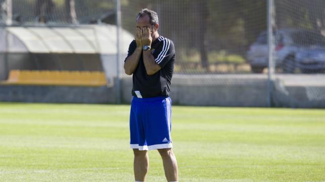 Álvaro Cervera se lleva las manos a los ojos en un entrenamiento.