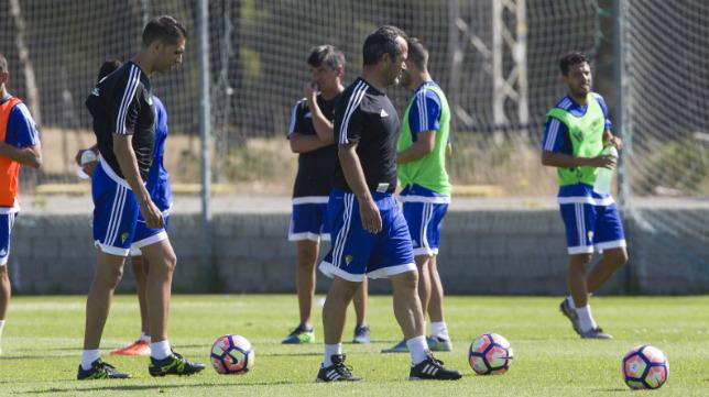 Álvaro Cervera, dirigiendo una sesión de entrenamiento en El Rosal.