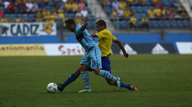 Garrido mete el pie con sutiliza para robar un balón que acabó con un centro de Nico Hidalgo al área del Levante.