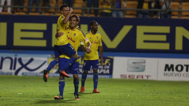 Álvaro García celebra el gol con Garrido.