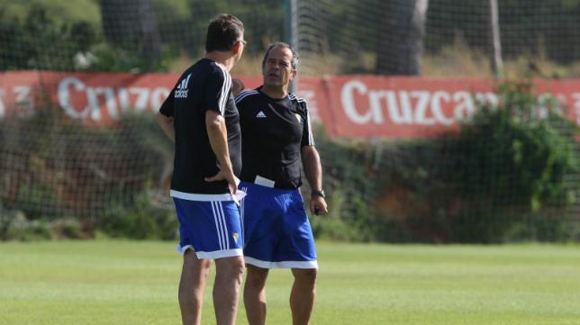 Álvaro Cervera charla con Javier Manzano durante un entrenamiento.