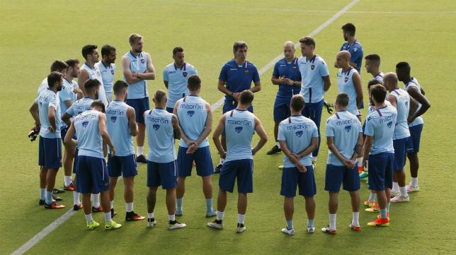 Juan Ramón López Muñiz charla con sus jugadores antes de un entrenamiento.