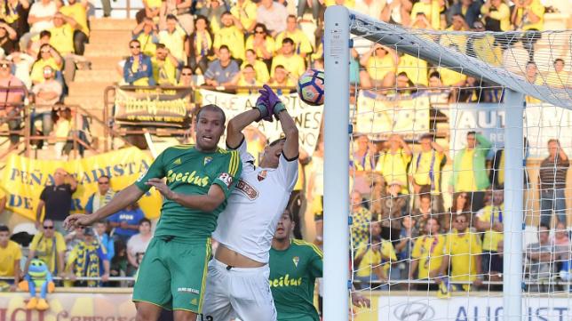 Momento en que el árbitro anula el gol de Güiza por fuera de juego de Ortuño.