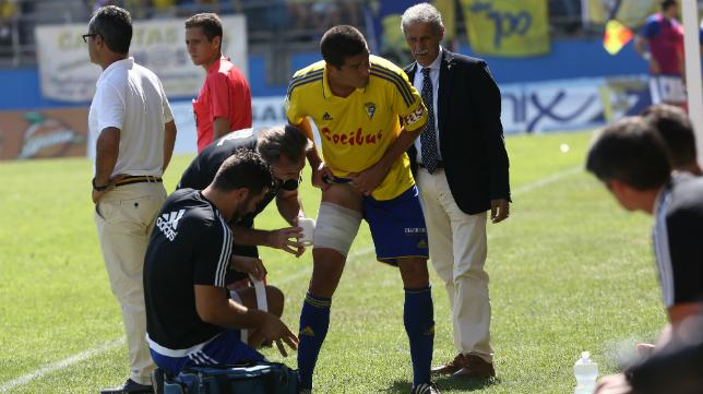 Garrido es atendido en la banda ante el Oviedo de su lesión.