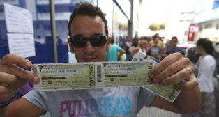 Un aficionado compra entradas en las taquillas del Carranza.