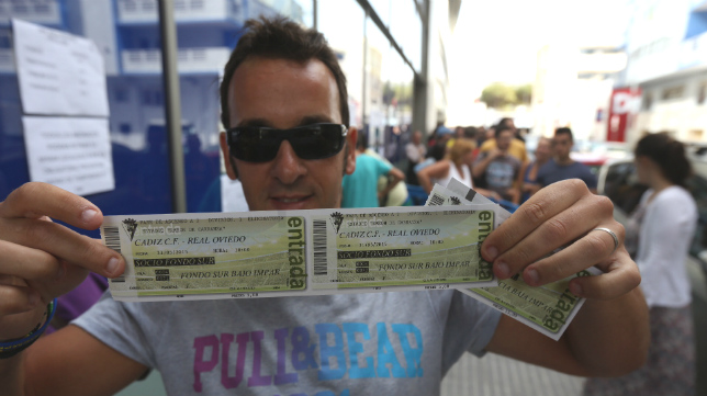 Un aficionado compra entradas en las taquillas de Carranza