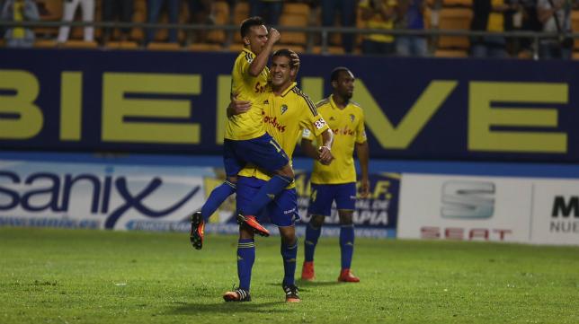 Garrido celebra con Álvaro el gol del triunfo.