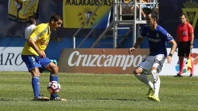 Garrido en una acción del partido ante el Oviedo