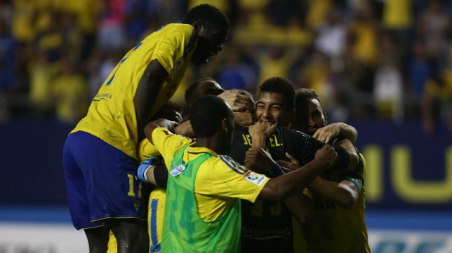 Los jugadores se abrazan a Jesús tras detener el penalti decisivo.