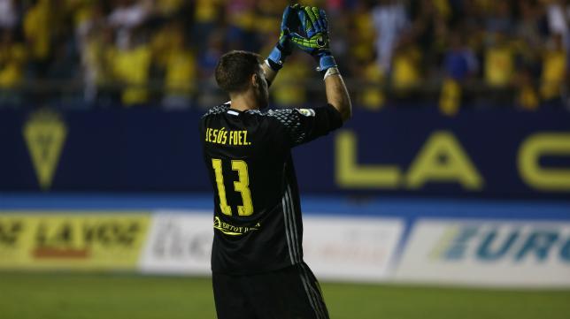 Jesús Fernández saluda a la afición de Carranza durante un partido de la pasada temporada.