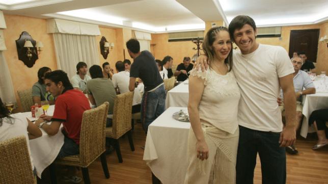 Javier Acuá, con su madre. encargada del restaurante que crearon cerca del estadio, durante una comida con los jugadores del Cádiz CF
