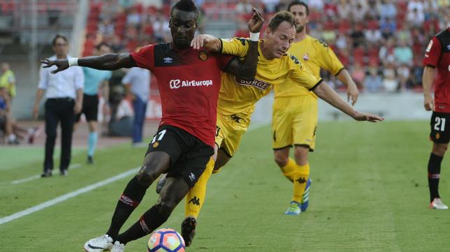 Migue García persigue al jugador del Mallorca Lago junior en el partido de la primera jornada.