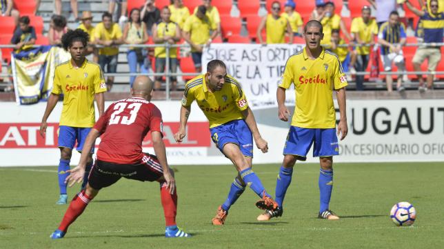 Juanjo golpea un balón en Anduva en esta temporada.