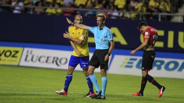 Ortuño se queja ante el árbitro en un partido de Liga.