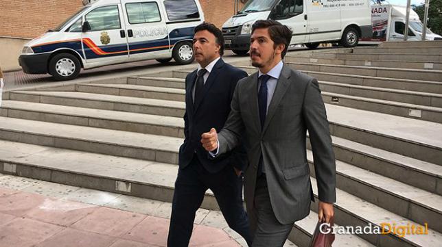 Quique Pina entra en los juzgados (Foto de GRANADA DIGITAL).