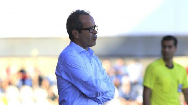 Álvaro Cervera contempla el partido desde la banda en Reus