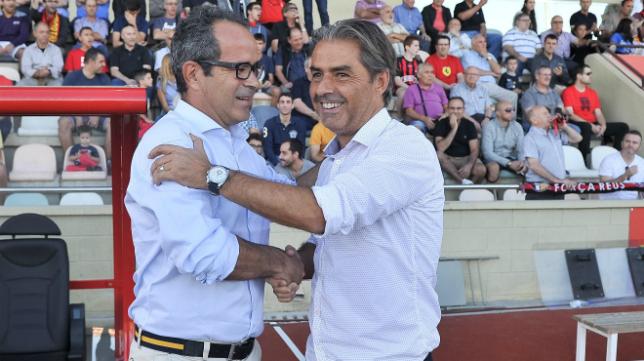 Álvaro Cervera saluda al técnico Natxo González en el encuentro de ida en Reus.