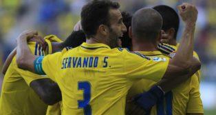 Servando celebra con sus compañeros uno de los goles del Cádiz CF