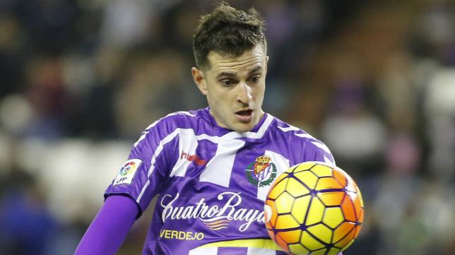 Juan Villar controla un balón jugando con el Real Valladolid.