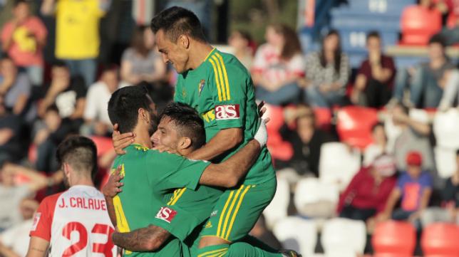 Álvaro celebra el gol con sus compañeros