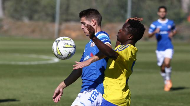 El Cádiz CF B sigue firme ante el acoso de sus principales rivales.