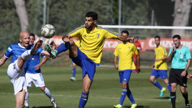 El Cádiz CF B juega hoy en El Rosal.