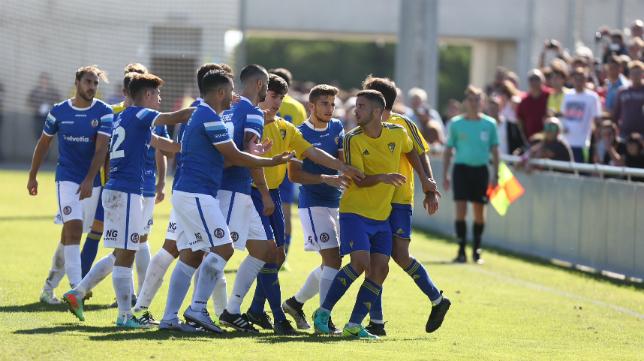 Cádiz CF B y Xerez DFC disputaron un encuentro intenso en El Rosal hace una vuelta.