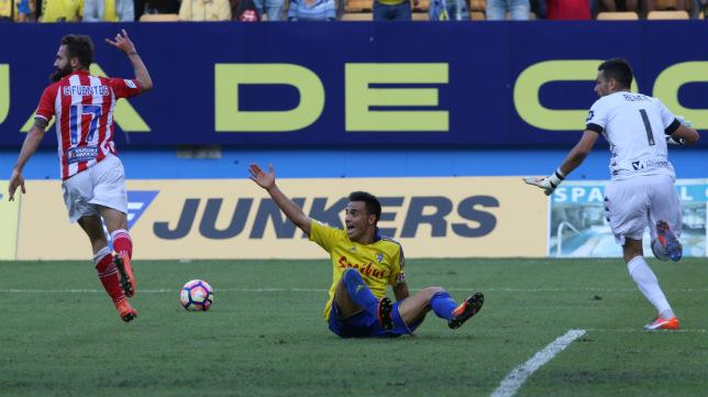 Álvaro García se queja al árbitro durante el partido del Cádiz CF ante el Girona.