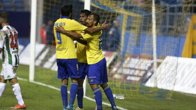 Aitor celebra el gol en Copa con Güiza y Nico Hidalgo