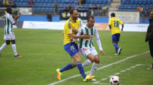 El cordobesista Juli durante el partido de Copa del Rey frente al Cádiz CF.