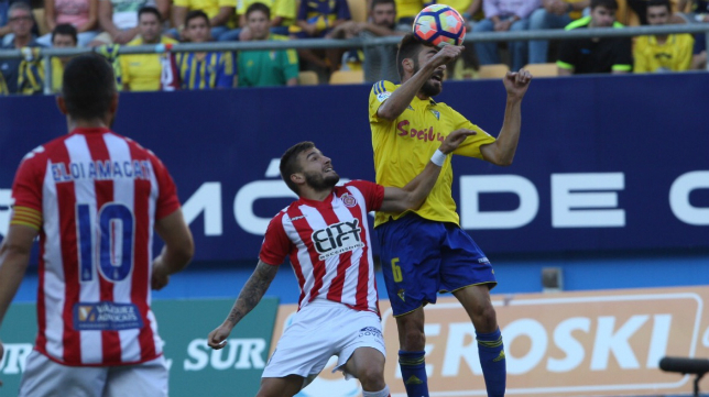 Jose Mari cabecea un balón
