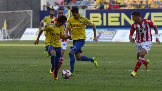 Rubén Cruz conduce el balón ante Álvaro García