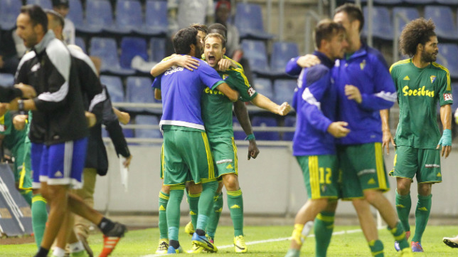 El banquillo celebró el gol de Santamaría en Tenerife con rabia y tremenda alegría.