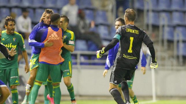 El banquillo celebró con mucha alegría y rabia el gol de Santamaría.