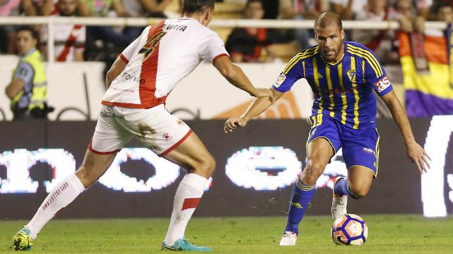 Ortuño, en una acción ante Iván Amaya.